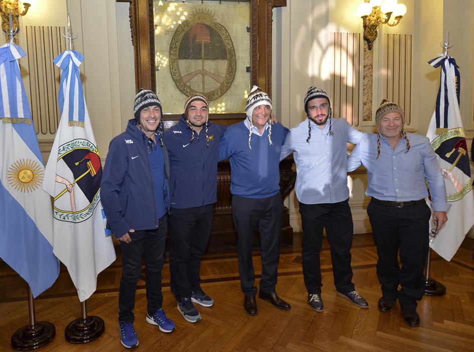 Ambas delegaciones recibieron un regalo típico de Jujuy.