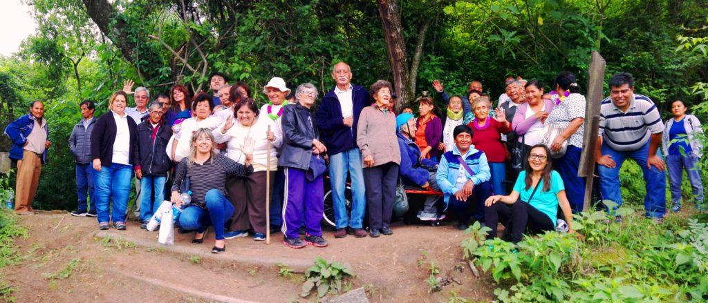 Adultxs mayores de la colonia Revoleando las Chancletas de la Dirección Provincial de Personas Mayores en el Parque Botánico Municipal.